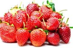Mogna röda jordgubbar på vit bakgrund Royaltyfri Foto