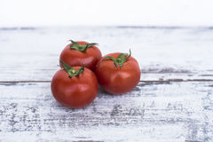 Mogna röda tomater på trätabellen Arkivfoton
