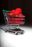 Mogna röda jordgubbar i supermarketspårvagn Fotografering för Bildbyråer