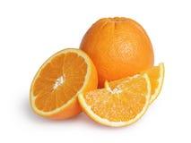 Mogna runda apelsiner med halva och skivor Arkivbilder