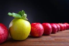 Mogna saftiga äpplen Arkivfoto