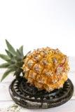 Mogna saftiga nya behandla som ett barn ananas på den svarta stenen Arkivfoton