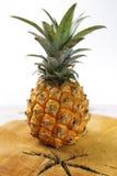Mogna saftiga nya behandla som ett barn ananas på trä Arkivfoton
