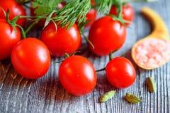 Mogna saftiga tomater på träbakgrund Royaltyfria Bilder