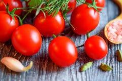 Mogna saftiga tomater på träbakgrund Royaltyfri Foto