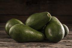 Mogna skinande avokadon i hög royaltyfri fotografi