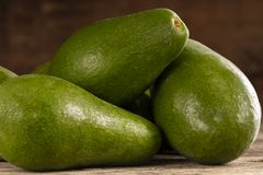 Mogna skinande avokadon i hög arkivfoton