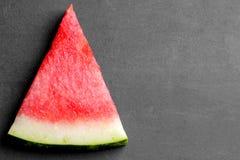 mogna skivor av vattenmelon på en svart bakgrund med ett ställe för att skriva närbild Top beskådar Fotografering för Bildbyråer