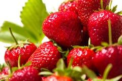Mogna smakliga jordgubbar med gröna sidor Royaltyfri Foto
