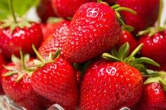Mogna smakliga jordgubbar med gröna sidor Royaltyfria Foton