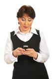 mogna sms som texting kvinnan Royaltyfri Fotografi