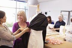 Mogna studenter som studerar mode och design Arkivfoton