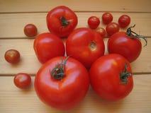Mogna tomater för sallad på tabellen Fotografering för Bildbyråer