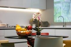 Mogna tropiska frukter i en vit maträtt Royaltyfria Foton