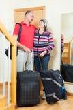 Mogna turister med bagage Arkivbild