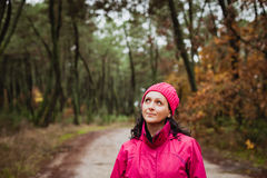 Mognad kvinna i skogen Royaltyfria Bilder