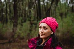 Mognad kvinna i skogen Royaltyfri Foto