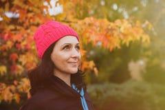 Mognad kvinna i skogen royaltyfri fotografi