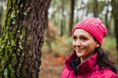 Mognad kvinna i skogen Royaltyfri Bild