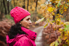 Mognad kvinna i skogen Arkivbild