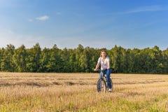 Mognad kvinna på biycle arkivbilder
