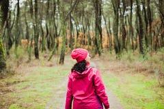 Mognad kvinna som fotvandrar i skogen fotografering för bildbyråer