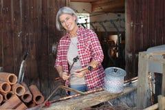 Mognad lantgårdkvinna på arbete Royaltyfri Bild