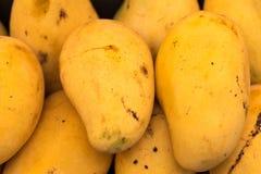 Mognad mango på gatamat Arkivbild