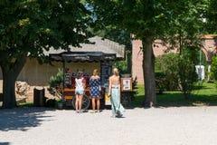 Mogosoaia, Румыния - 5-ое августа 2018: девушки покупая кофе на coffeebike внутри outdoors на дворце Mogosoaia около Бухареста, Р Стоковая Фотография RF