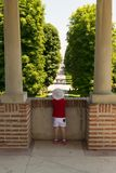 Mogosoaia, Румыния - 5-ое августа 2018: маленькая девочка смотря вход переулка на дворце Mogosoaia около Бухареста, Румынии Стоковое Изображение