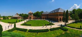 Mogosoaia Rumunia, Sierpień, - 05, 2018: turystyczny odwiedza Mogosoaia pałac blisko Bucharest, Rumunia Panorama podwórzowy pokaz obraz stock