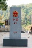 Mohan, China - 8 de março de 2015: Marcador da beira de Laos - de China entre B Fotografia de Stock Royalty Free
