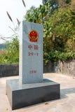 Mohan, China - 8 de marzo de 2015: Marcador de la frontera de Laos - de China entre B Fotografía de archivo