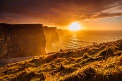 Moher峭壁在日落的在Co.克莱尔,爱尔兰欧洲 图库摄影