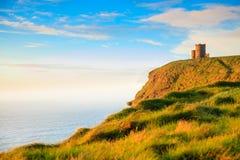 Moher峭壁在日落的-在Co.克莱尔爱尔兰欧洲的O Briens塔。 图库摄影