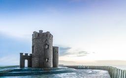 Moher峭壁在日落的-在Co.克莱尔爱尔兰欧洲的O Briens塔。 免版税库存图片