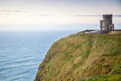 Moher峭壁在日落的-在Co.克莱尔爱尔兰欧洲的O Briens塔 克莱尔爱尔兰欧洲 免版税库存照片