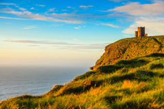 Moher峭壁在日落的-在Co.克莱尔爱尔兰欧洲的O Briens塔 克莱尔爱尔兰欧洲 免版税库存图片