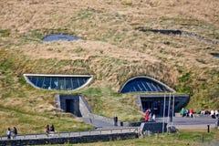 Moher访客` s中心,县克莱尔,爱尔兰峭壁  免版税库存照片