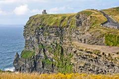 Moher,与O ` Brien ` s塔,县克莱尔,爱尔兰的看法峭壁  库存照片