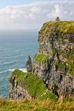 Moher,与O ` Brien ` s塔,县克莱尔,爱尔兰的看法峭壁  免版税图库摄影