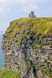 Moher,与O ` Brien ` s塔,县克莱尔,爱尔兰的看法峭壁  免版税库存图片