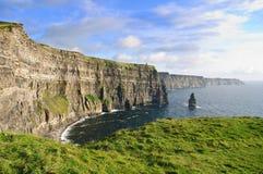 平衡著名爱尔兰人延迟moher日落的峭壁 库存照片