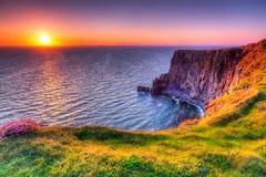 Moher峭壁在日落的 免版税库存照片