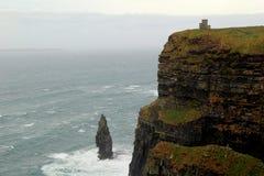 风雨如磐的海至多参观了自然吸引力, Moher,克莱尔郡,爱尔兰, 2014年10月峭壁  免版税库存图片