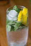 mohito玻璃用柠檬和薄菏 免版税库存照片