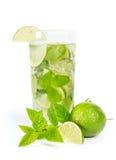 Mohito mojitodrink med limefrukt och mintkaramellen royaltyfria bilder