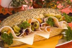 Mohn-Brotsandwich mit Huhnschinken Stockfoto