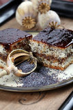 Mohn-Schwammkuchen mit Pflaumemarmelade stockfoto