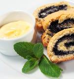 Mohnblume-Kuchen mit frischer Minze Lizenzfreie Stockfotos